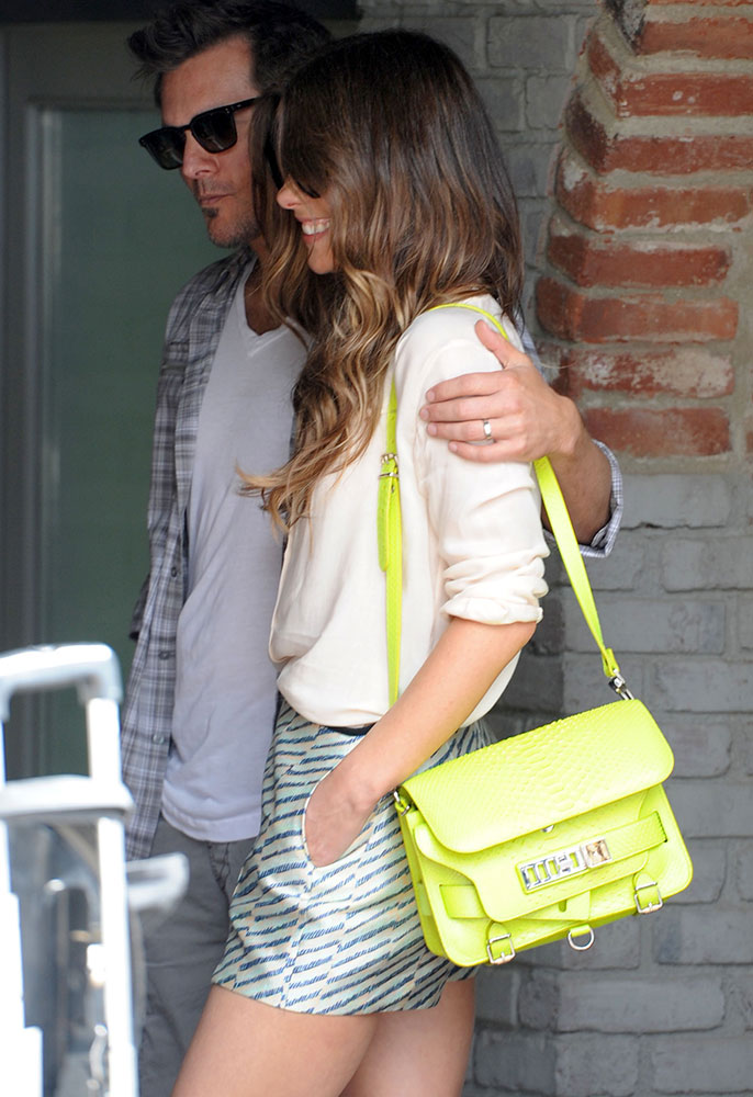 Kate-Beckinsale-Proenza-Schouler-PS11-Bag
