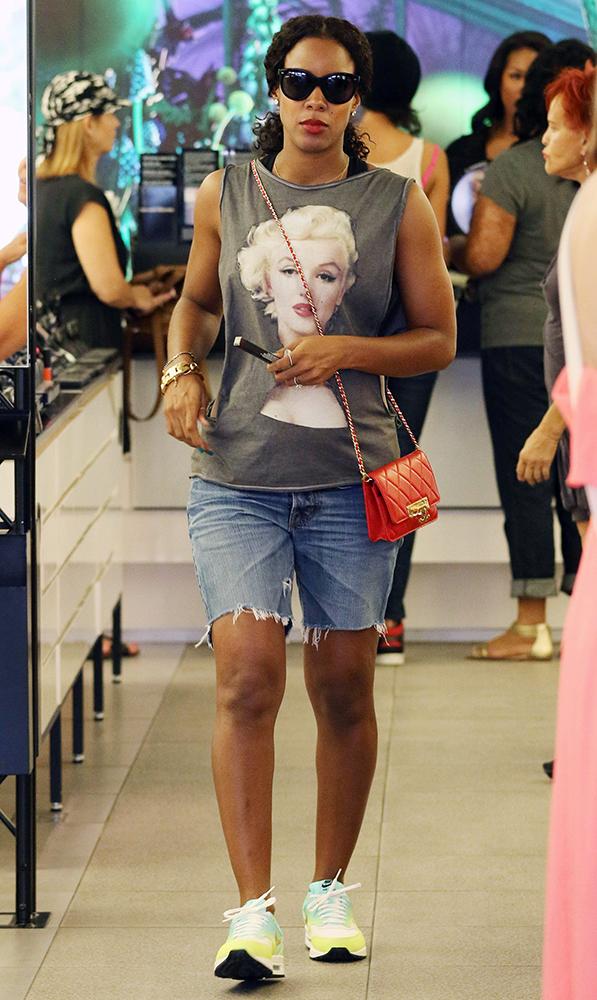 Kelly-Rowland-Chanel-Bags-7