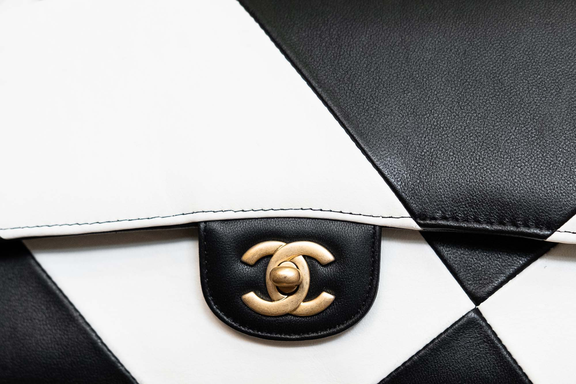 Chanel Classic Flap in Black and White, Leather Detail